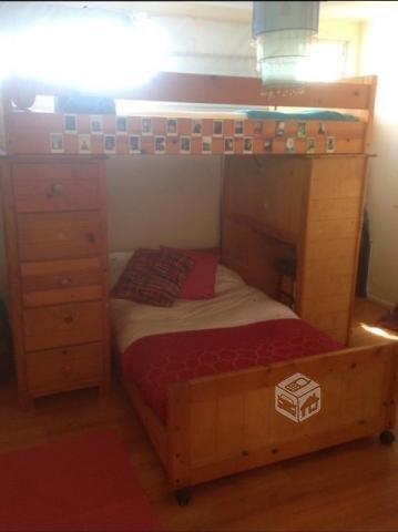 Camarote con cajoneras y escritorio de madera